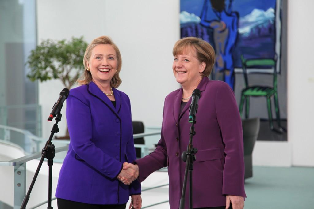 Hillary Clinton, ex Secretaria de Estado estadounidense y Angela Merkel, Primer Ministro alemana