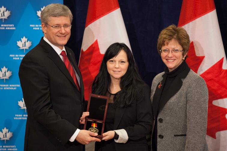 El ex Primer Ministro Canadiense, Stephen Harper, con Timea Nagy