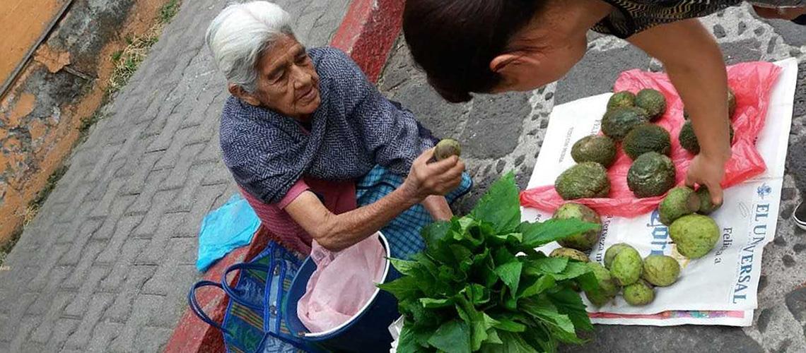 Mujer indígena vendiendo